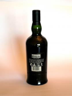 A photo of the back side of a bottle of Ardbeg Uigeadail